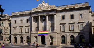 fotografia façana ajuntamenr barcelona bandera LGTBI