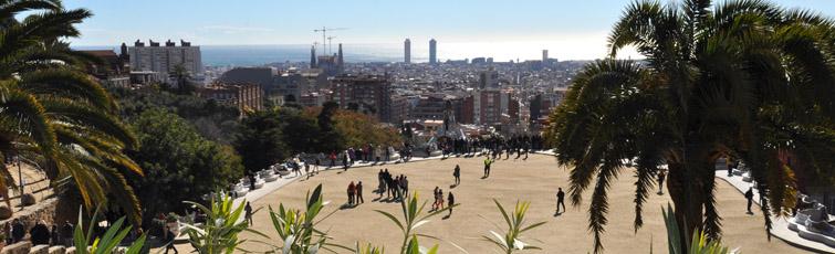 Park Güell amb panoràmica de la ciutat al fons