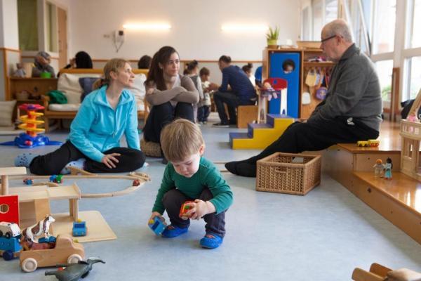 Sala de jocs infantils on nens i adults comparteixen l'espai