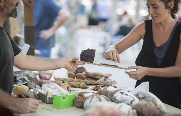Para que venen pa en un mercat on s'ofereixen els productes per tastar