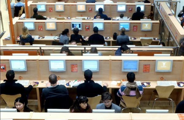 Sala amb persones treballant amb ordinadors