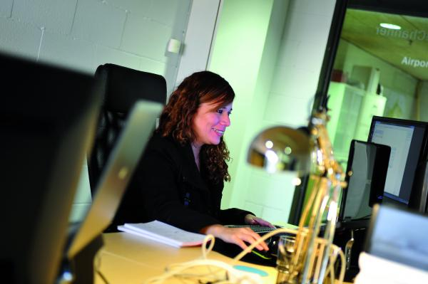 Dona treballant a una oficina