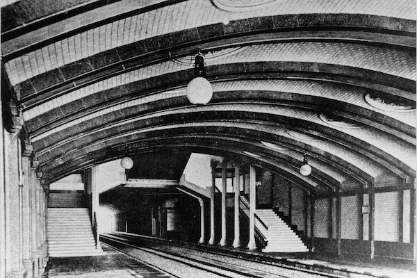Andén de l'estación de Balmes de los Ferrocarrils de la Generalitat de Catalunya