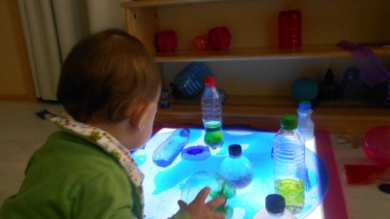 Els bebés i  la taula de llum