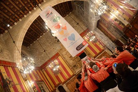 Els Castellers de Barcelona fent un pilar i desplegant una pancarta amb els valors de l'Any de la Família