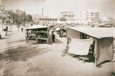 Els Encants al carrer Dos de Maig amb la carretera de Ribes. 1930-1940. Brangulí (ANC)