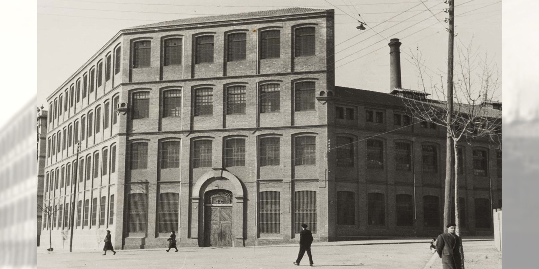 Accés al recinte fabril de La Sedeta. Fons fotogràfic: Germanes Soms Aparicio. Any 1944