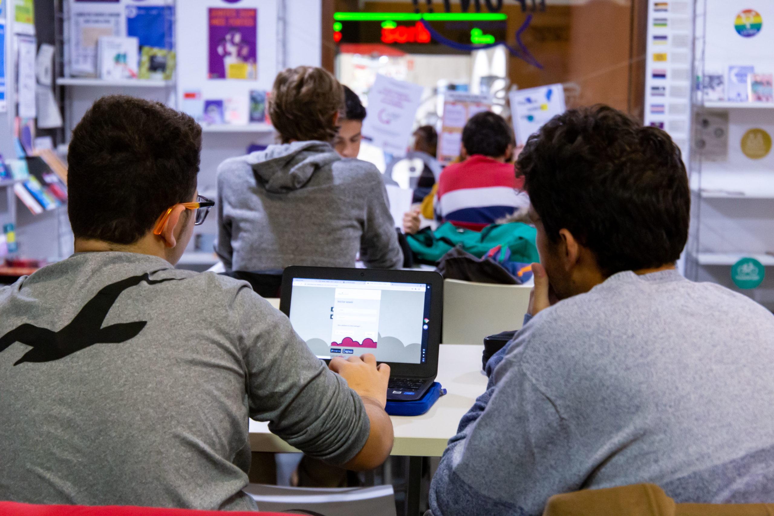 Estudiants al Punt infoJOVE Gràcia