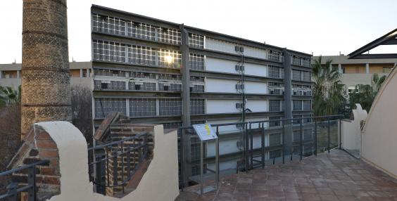 Vista de la placa solar mitgera de la coberta mosaic de La Fàbrica del Sol