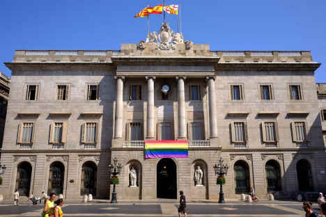 Photo of the Barcelona City Council with the LGTBI flag