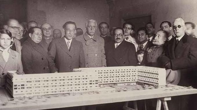 Col·locació de faristol commemoratiu a Casa Bloc