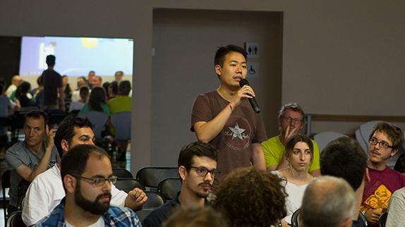 Ciutadà intervé en una sessió participativa