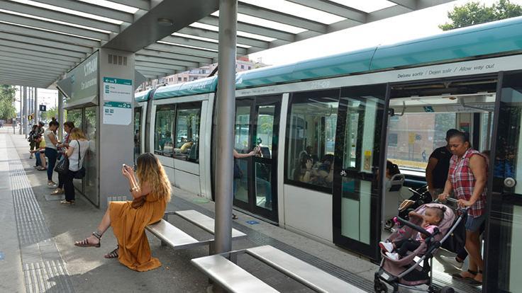 Persones en una parada del Tram