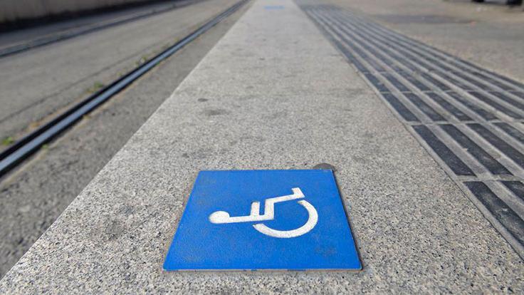Senyal d'accés per a persones amb mobilitat reduïda a l'andana del tramvia