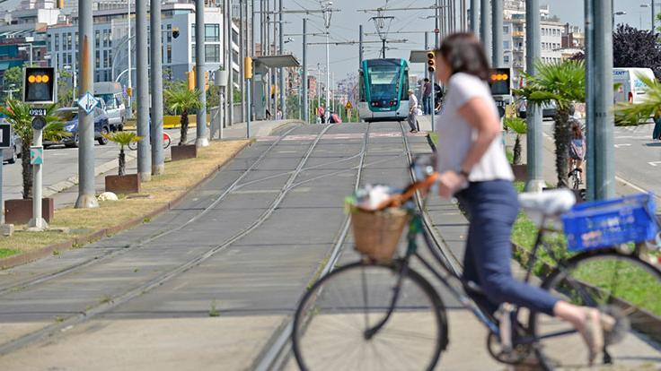 Ciclista creuant les vies en un pas de vianants