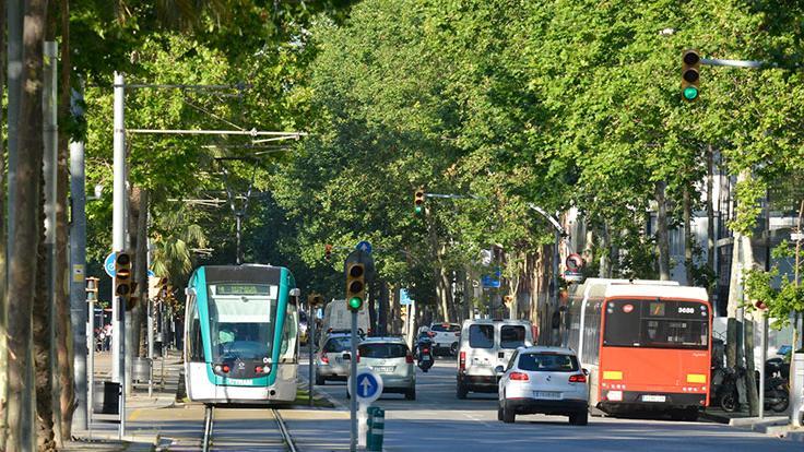 Cotxes i tramvia circulant