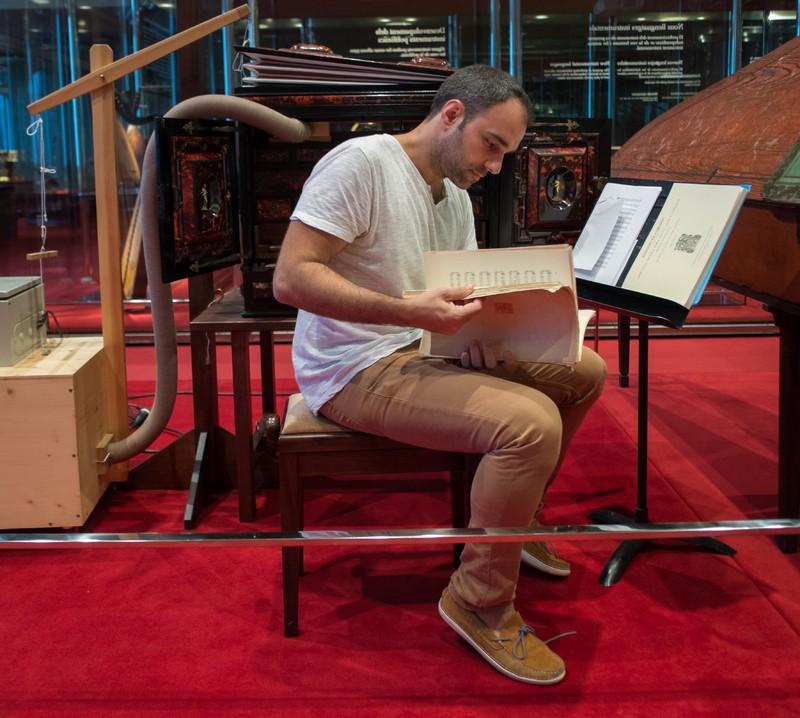 Juan de la Rubia estudiant una partitura de Cabezón