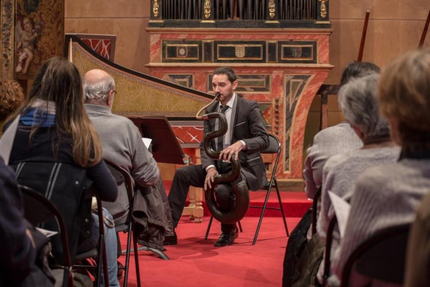 Pablo Dopazo tocant el serpent (Foto: S. Guasteví)