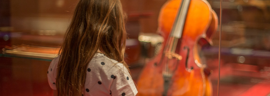 Nena mirant violoncel (Foto: S. Guasteví)