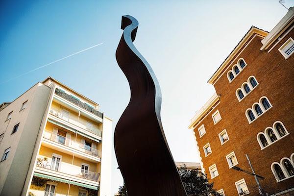 Escultura Vilapicina i la Torre Llobeta