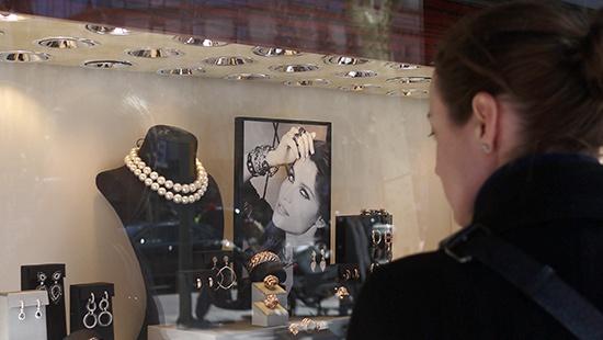 Chica mirando un escaparate con joyas