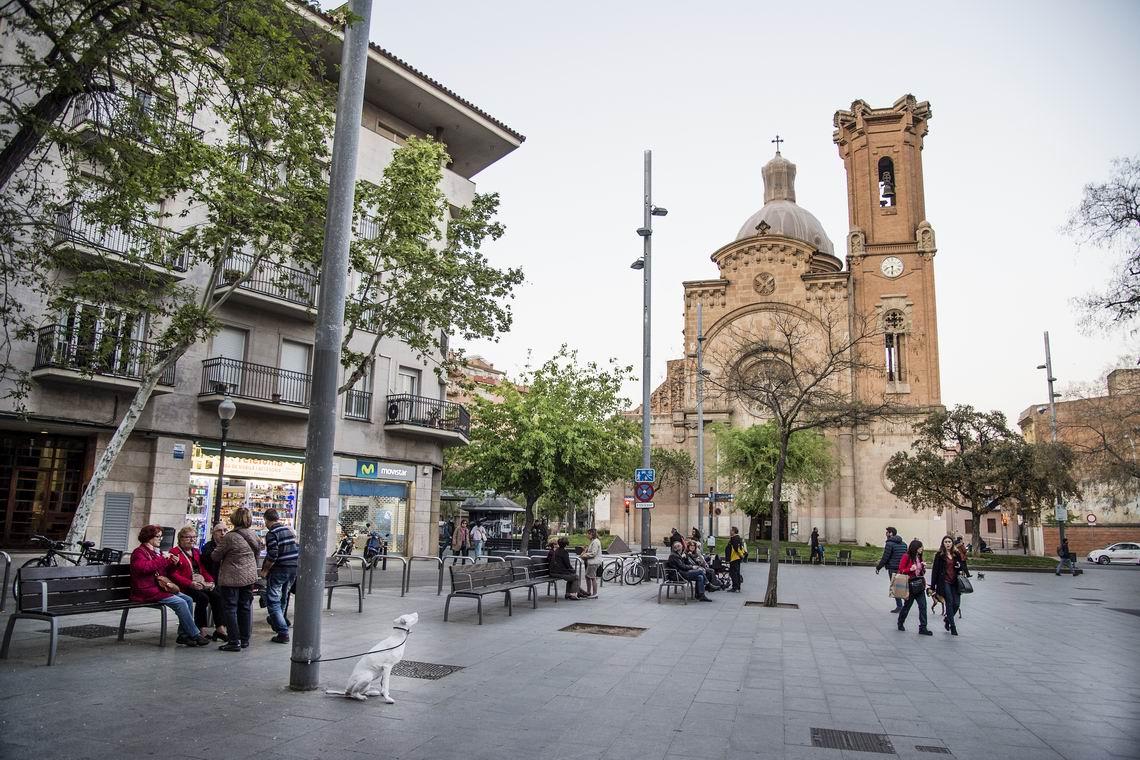 La plaza de Orfila con la parroquia de Sant Andreu de Palomar al fondo
