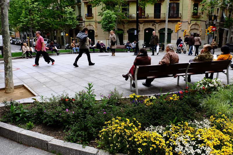 Rambla del Poblenou amb persones passejant i assegudes als bancs