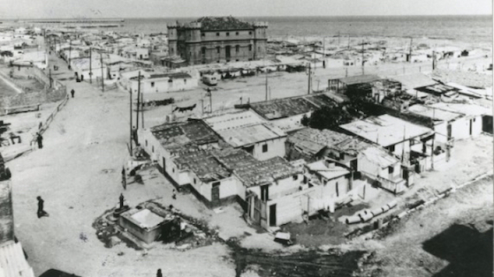 Barraques del Camp de la Bota amb el castell al fons 1950 aprox desconegut.