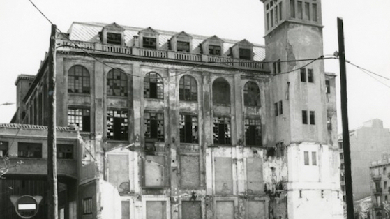 """Perspectiva del lateral de la antigua fábrica téxtil Càtex que cerró en el 1978. Una vez rehabilitado es el Centro Cívico del Poblenou """"Can Felipa"""". s/d (aprox. 1980- 1990)."""
