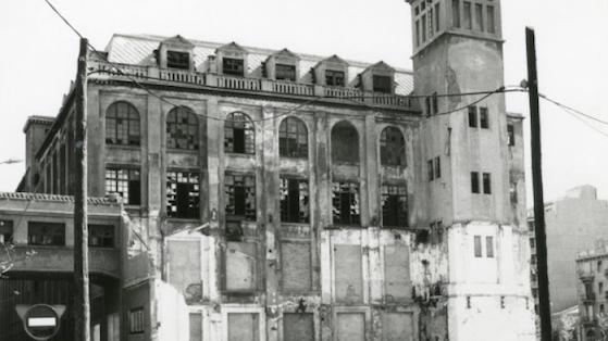"Perspectiva del cuerpo lateral de la antigua fábrica téxtil Càtex que cerró en 1978. Una vez rehabilitado se ha convertido en el Centro Cívico del Poblenou ""Can Felipa"". s/d (aprox. 1980- 1990)"