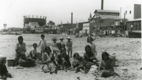 Familia gitana en la playa del Somorrostro. 1935