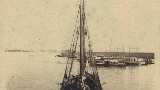 Laúd de vela latina amarrado en el puerto de Barcelona. 1925-1930 aprox. Esteve Bosch i Ribas