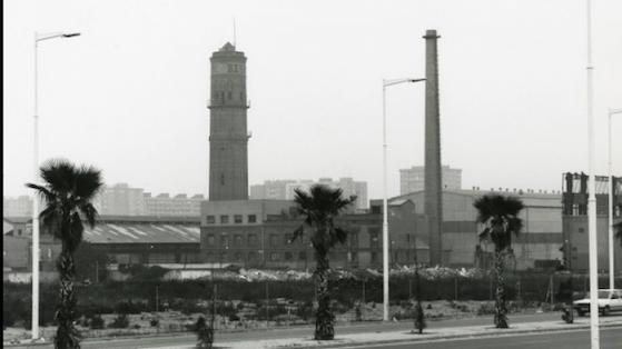 Perspectiva de MACOSA (Material y construcciones SA) empresa destinada a la indústria pesada, principalmente material pera los ferrocarriles. Fue fundada por los hermanos Girona en 1881. La foto esta tomada desde la avenida del litoral. 1992.
