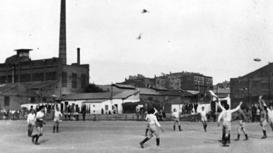 Partido de futbol entre el FC Fúria y el Gimnàstic de Poblenou, en Poblenou. s/d.